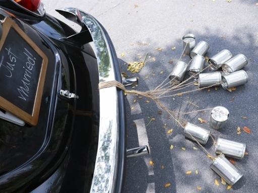Hääauton koristelu tölkit